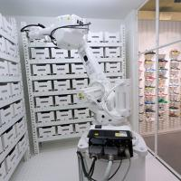 Robot working in German shoe store